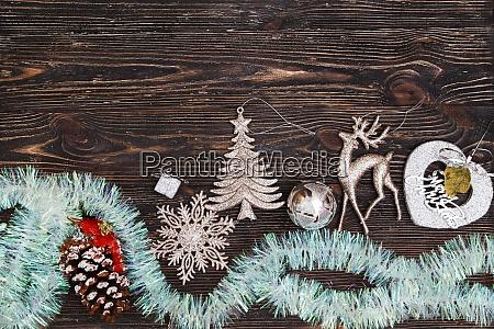 weihnachtsdekoration auf dunklem holzbrett ansicht von