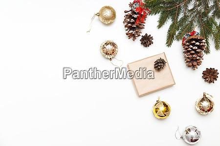 weihnachtskugeln geschenk box mit tannenbaum und
