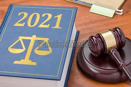 gesetzbuch mit einem gaben 2021