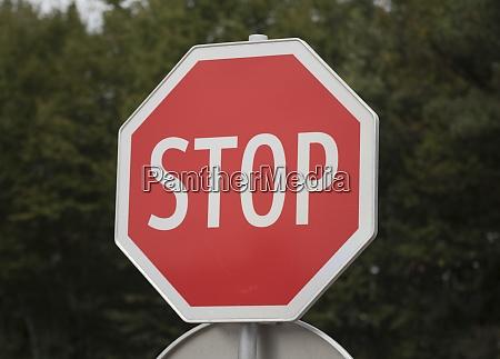 rotes stoppschild im verkehr
