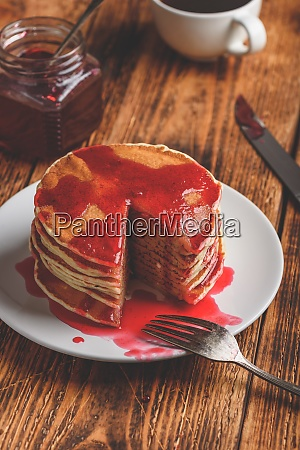 stapel pfannkuchen mit beerenfruchtmarmelade