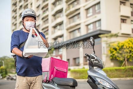 mitarbeiter der lebensmittelzulieferung fahren motorraeder um
