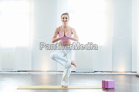schoene yogalehrerin in ihrem studio