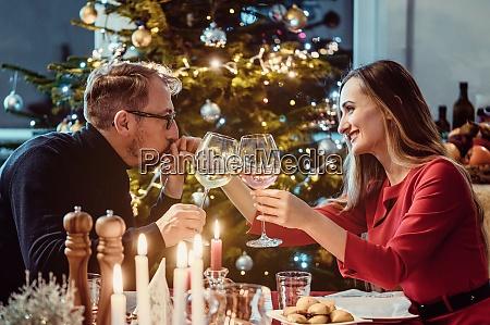 mittelaltchen paar trinken wein an heiligabend