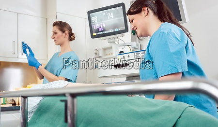 krankenschwestern die in der vorbereitung der