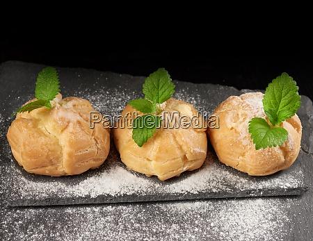 gebackene pudding eclairs und mit puderzucker