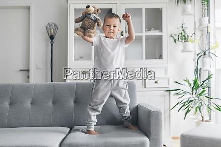 nettes kind zu hause im wohnzimmer