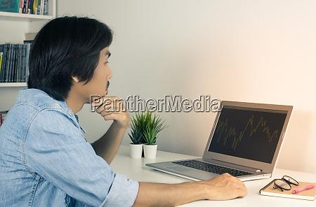 junge asiatische forex trader oder investor