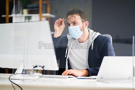 frustrierter arbeiter im buero