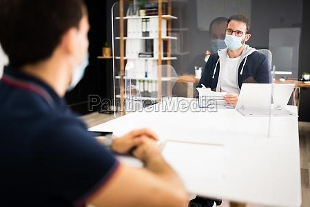 job interview mit covid gesichtsmaske einstellung