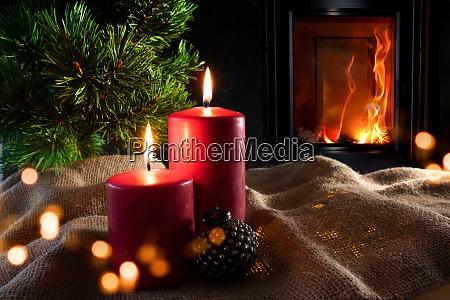 weihnachtsdekoration mit holzfeuer