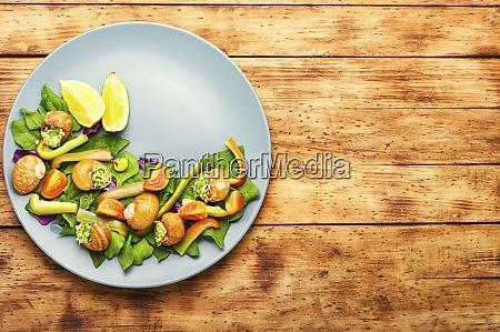 salat mit gemuese und schnecken