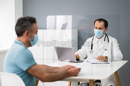 AEltester patient in arztpraxis oder krankenhaus