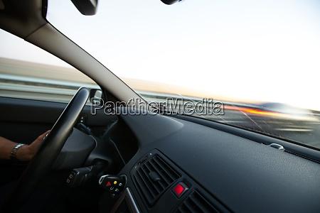 autos bewegen sich schnell auf einer