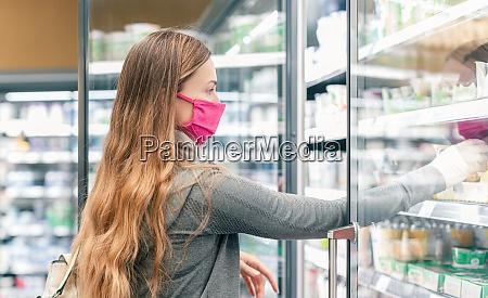 frau in supermarkt einkaufen in molkerei