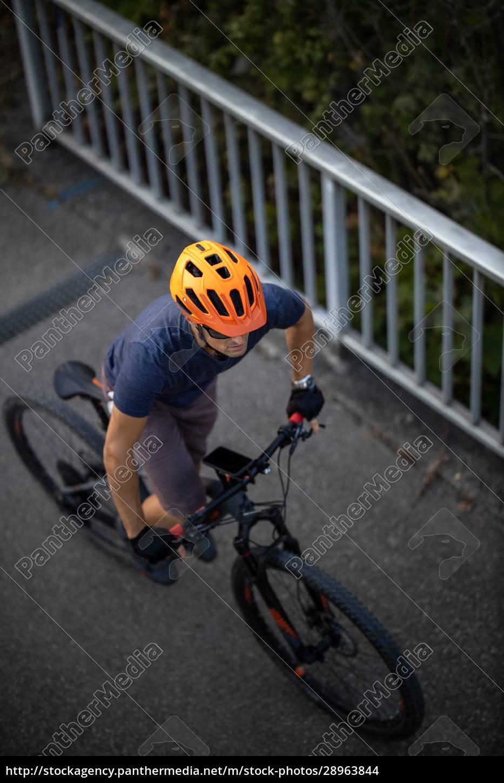 langlauf-mtb-biker, der, seine, lieblingshügel, über, die, stadtgrenzen - 28963844