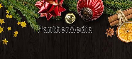 weihnachtsdekorationen auf holzhintergrund mit kopierraum