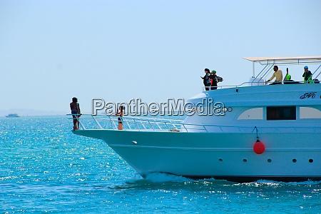 kreuzfahrtschiff mit touristen auf dem roten