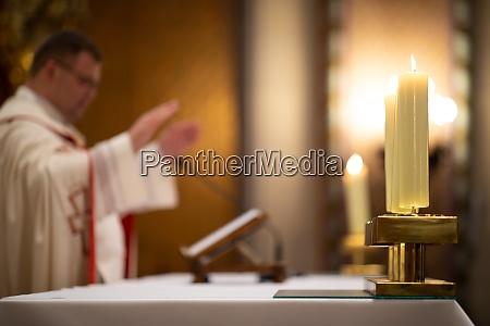 priester waehrend einer messehochzeitszeremoniehochzeitsmesse flache dof