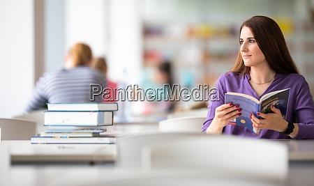 in der bibliothek huebsche studentin