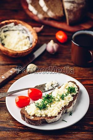 toast mit verarbeitetem kaese knoblauch und