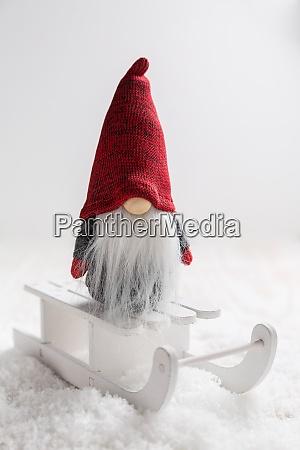 weihnachten imp auf schlitten mit verschneiter