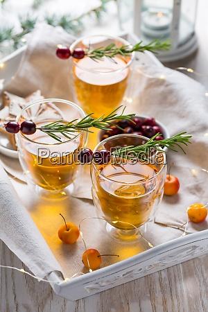 weihnachtsapfel apfel cocktail mit preiselbeeren und