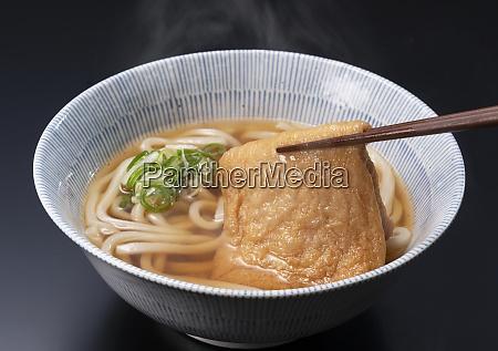 udon nudeln in einer heissen suppe