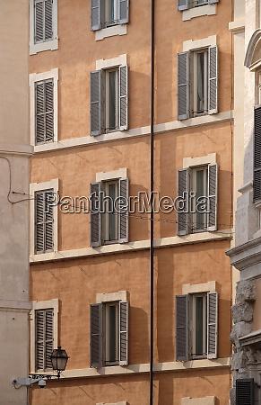 hausfassade im stadtzentrum von rom italien