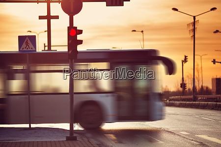 bus faehrt am fruehen morgen in