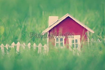 rotes holzhaus auf dem gras