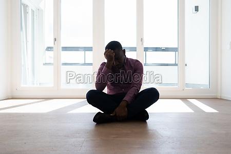 traurige afroamerikanische traurig mit gebrochenem herzen