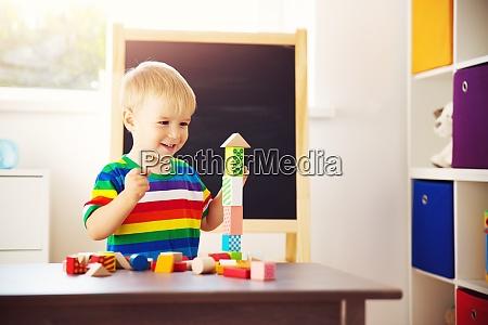 kleines kind spielt mit bloecken