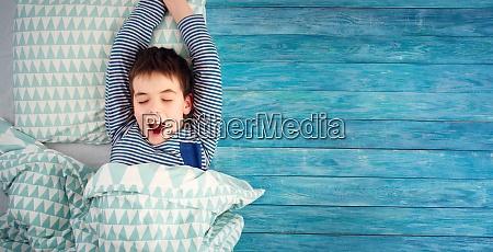 achtjaehriges kind schlaeft im bett auf