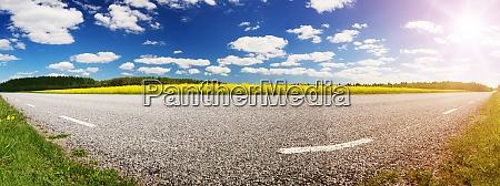 strassenpanorama am sonnigen sommertag auf dem