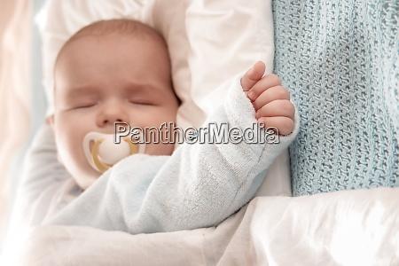 baby schlafen bedeckt mit weichen weissen
