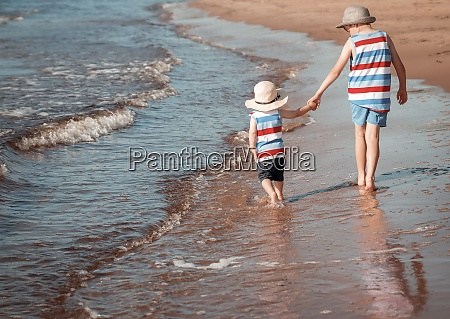 zwei brueder gehen am strand