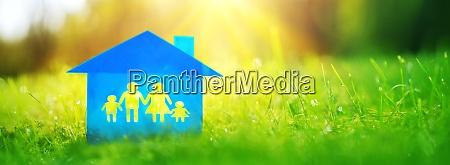 blaues einfamilienhaus auf dem gruenen gras