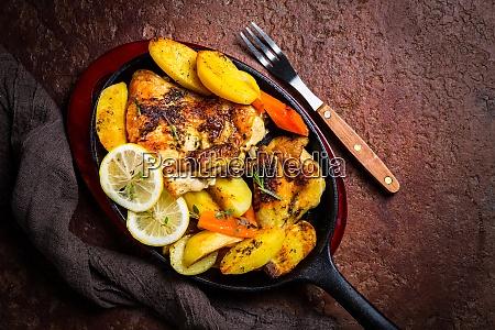 gebackenes zitronenhuhn mit kartoffeln karotten und