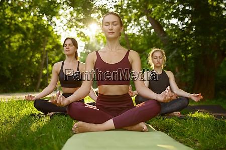 friedliche frauen entspannen gruppen yoga training