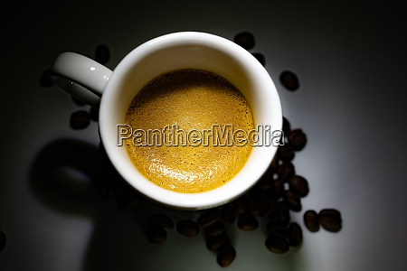 volle kaffeetasse auf dunklem hintergrund