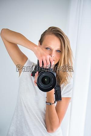 huebsche fotografin mit digitalkamera farbfarbenes bild