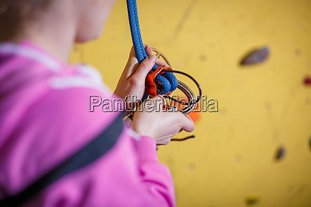menschen klettern in indoor kletterhalle