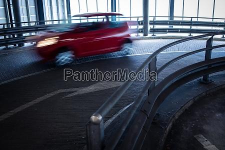 tiefgarage autos die in einer garage