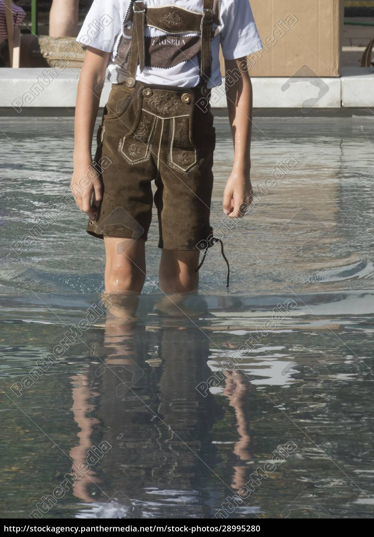 mann, in, traditionellen, lederhosen - 28995280