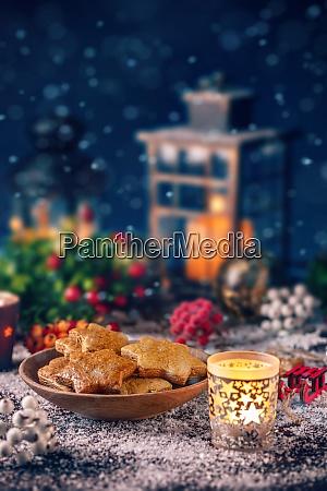 weihnachtsdekoration mit lebkuchenplaetzchen