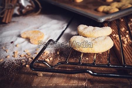 frisch gebackene vanillehalbmonde mit zucker