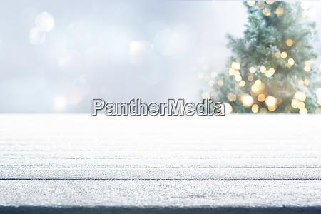 tisch mit weihnachtsbaum im winter