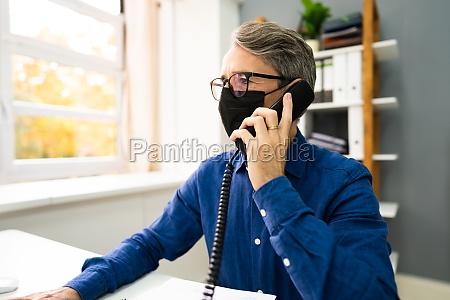 geschaeftsmann spricht am telefon oder telefon