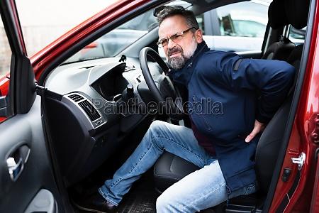 rueckenschmerzen auto fahren verletzung